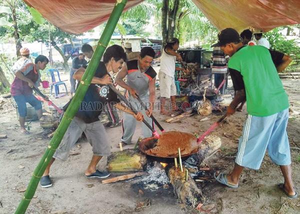 Melihat Tradisi Rewang dan Sinom di Desa Karang Sari